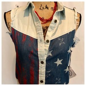 ⬇️Just In Time For July 4! Stars & Stripes Top NWT